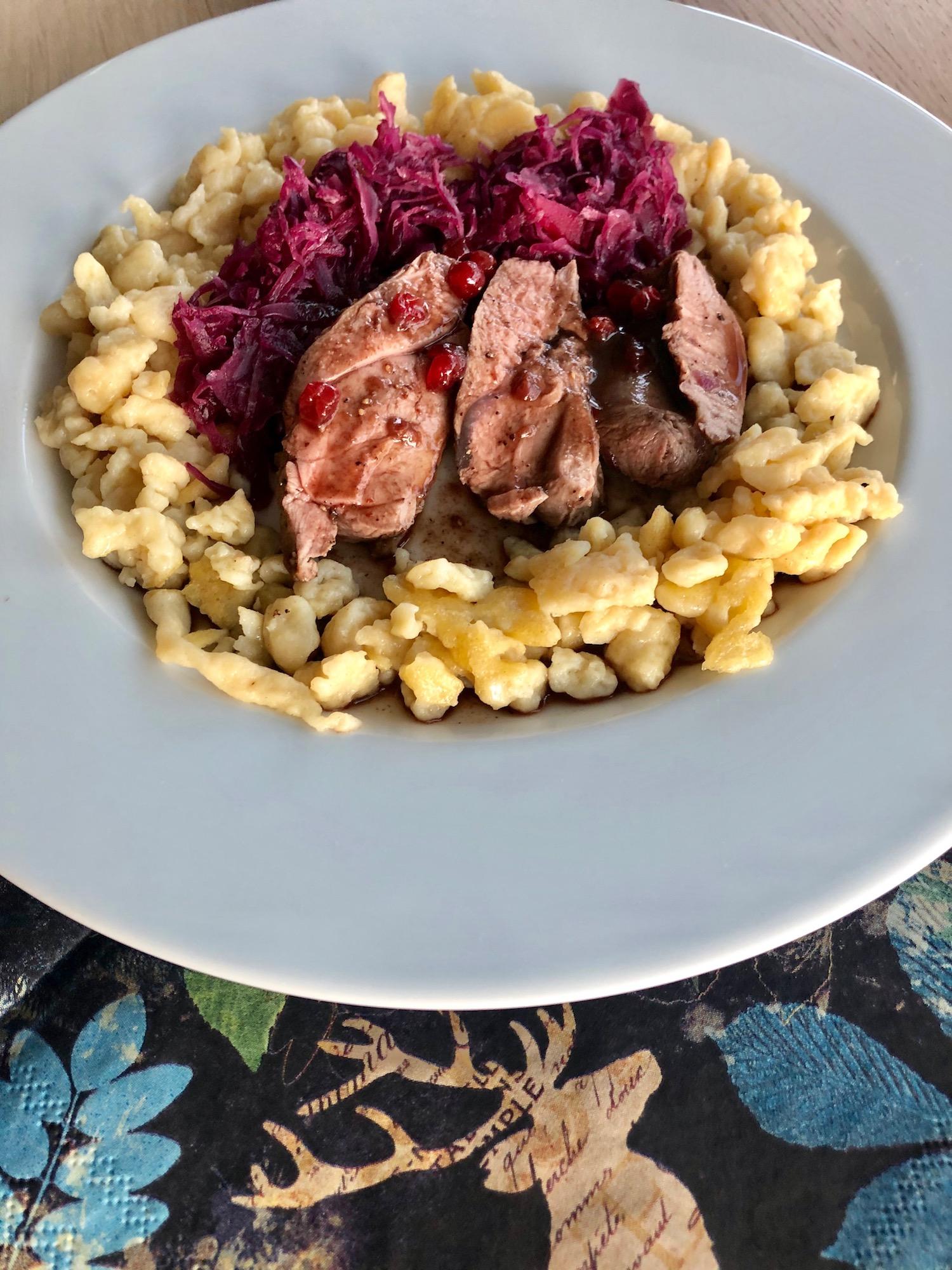 Rehfleisch mit Blaukraut und Spätzle